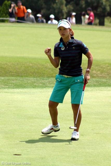 サロンパスワールドレディスゴルフトーナメント3日目 上田桃子 8番パー3でバーディを奪い渾身のガッツポーズ!このホールを攻略したのは初めてと嬉しそうに語った