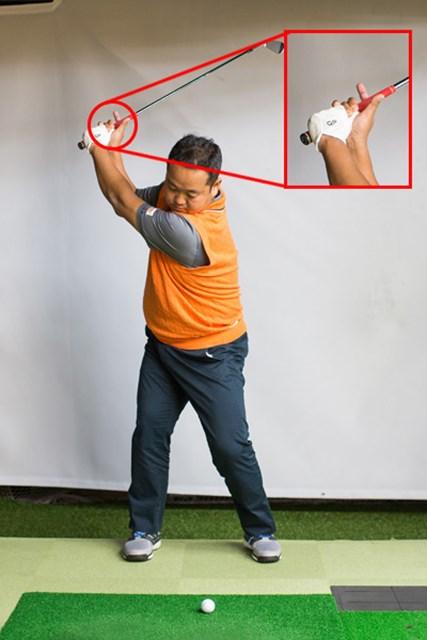 右手親指のグリップを離す事で、クラブがアウトサイドから下りづらくなる