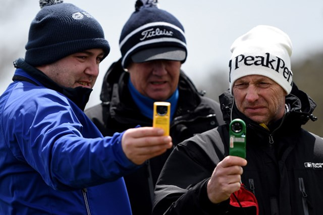 2015年 マデイラアイランドオープン 初日 競技委員 スマホで撮影?いやいや、競技委員の皆さんはこうやって風速を計測しているんです(Ross Kinnaird/Getty Images)