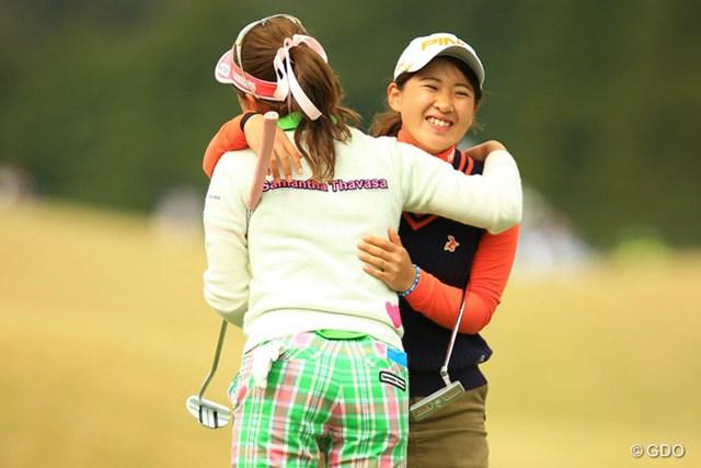 アマチュア永井花奈はホールアウト後、あどけなさ残る笑顔でギャラリーの声援に応えていた