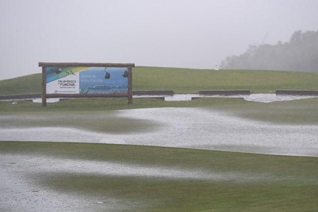 大雨、強風、濃霧にたたられ、大会は中止に追い込まれた(Ross Kinnaird/Getty Images)