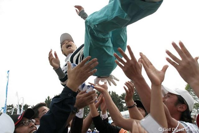 ライフカードレディスゴルフトーナメント最終日 上田桃子 グリーンサイドで胴上げの祝福を受ける上田桃子