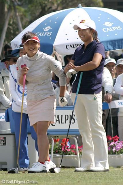 ライフカードレディスゴルフトーナメント2日目 有村智恵 原江里菜 同じ東北高校出身で同い年。仲の良い、有村智恵(左)と原江里菜の2人