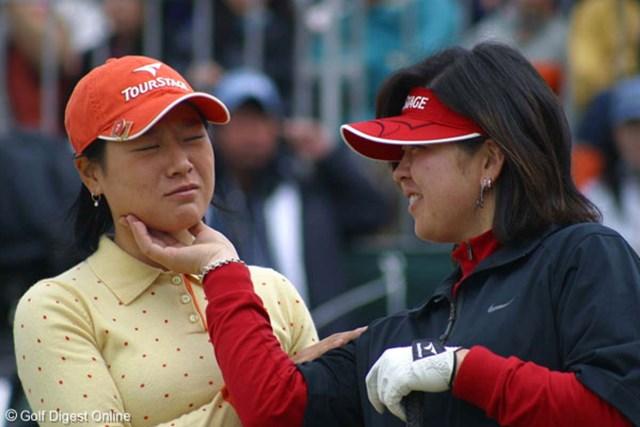 スタート前にじゃれ合う、最終組のぺ・ジェヒ(左)と廣瀬友美