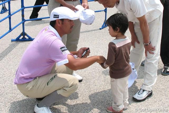 ホールアウト後に子供にサインをする、すし石垣。最終日のチャージで3位タイまで順位を上げた