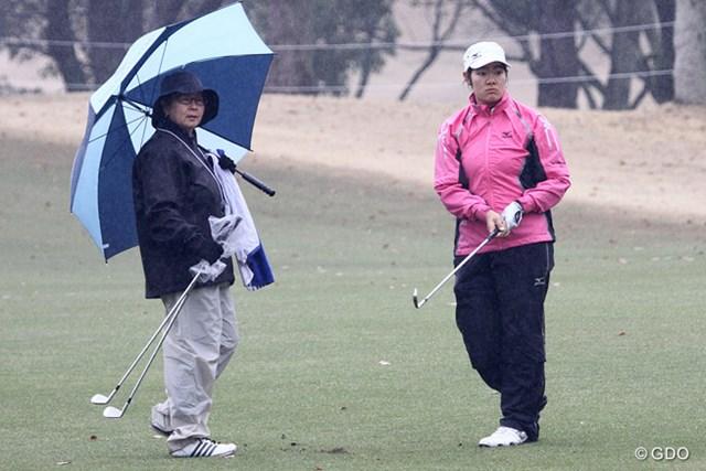 2015年 ヤマハレディースオープン葛城 事前 川岸史果 今週プロデビューを飾る川岸史果。キャディは母でプロゴルファーの麻子さん(左)が務める