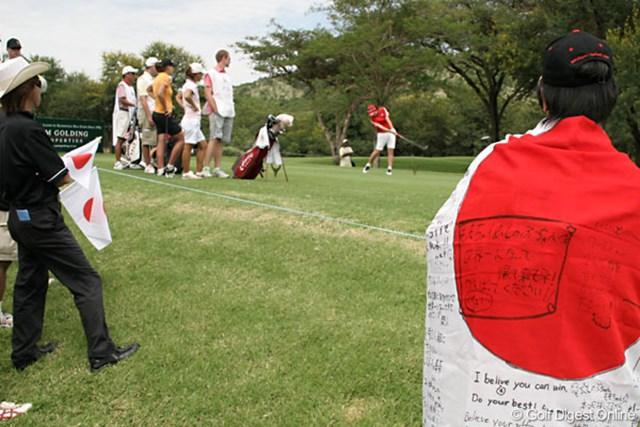 ワールドカップ女子ゴルフ最終日  会場には「日の丸」を掲げた地元在住の日本人ファンが数多く現れた
