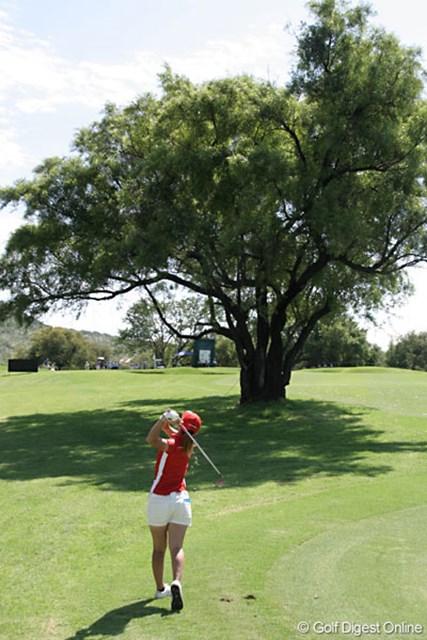 ワールドカップ女子ゴルフ最終日 上田桃子 木の上を越してピン方向を狙う上田桃子