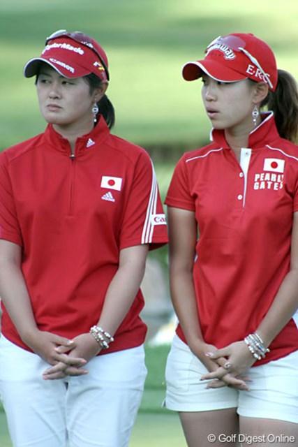 ワールドカップ女子ゴルフ最終日 諸見里しのぶ 上田桃子 優勝チームを羨ましそうに見つめる2人