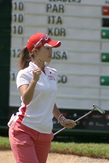 ワールドカップ女子ゴルフ2日目 上田桃子 15番でバーディを決めた上田桃子