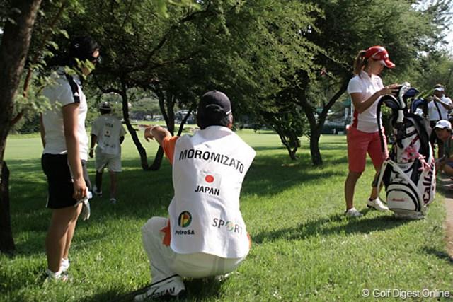 ワールドカップ女子ゴルフ2日目  18番のティショットは林の中へ