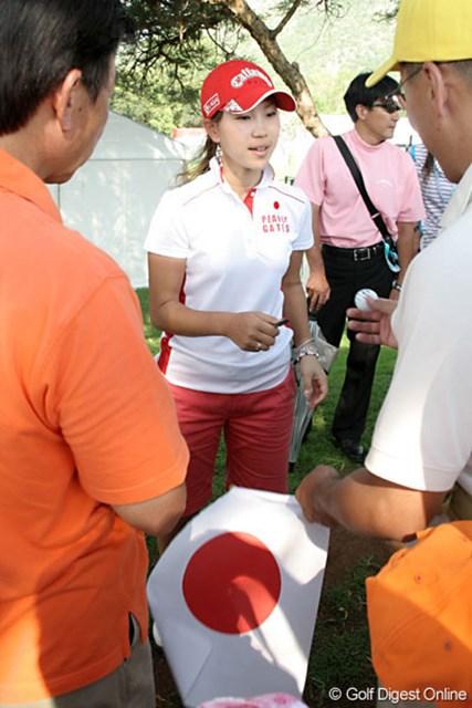 ワールドカップ女子ゴルフ2日目 上田桃子 応援してくれたファンにサインのお返し