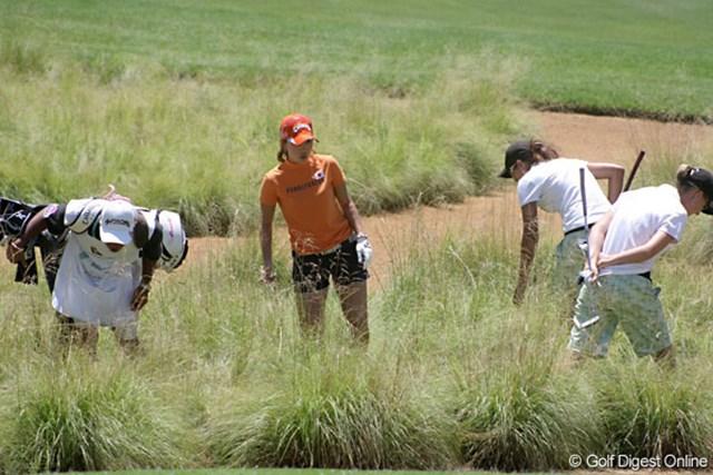 ワールドカップ女子ゴルフ1日目 上田桃子 2オンを狙った第2打は、グリーン手前のグラスバンカーに。相手チームも捜索に加わる