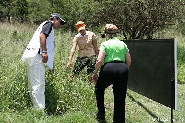 ワールドカップ女子ゴルフ1日目 諸見里しのぶ 第2打はグリーン手前の看板を直撃。救済を受けたがボギーの諸見里
