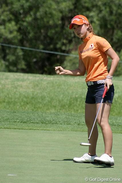 ワールドカップ女子ゴルフ1日目 上田桃子 11番でバーディを決めた上田は、ガッツポーズをみせた