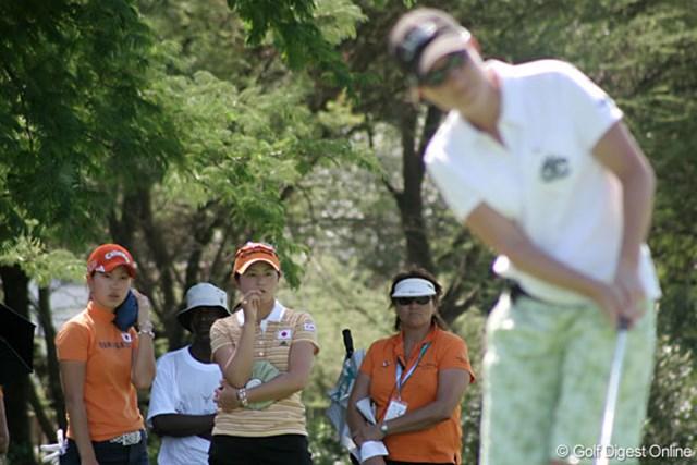ワールドカップ女子ゴルフ1日目 諸見里しのぶ 上田桃子 同組のオーストラリアチームのプレーを指をくわえて見守る?