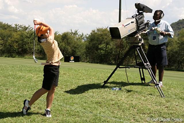 ワールドカップ女子ゴルフ1日目 諸見里しのぶ 地元のテレビカメラのすぐ横からショットを放つ諸見里
