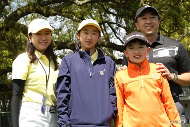 マスターズ前週の日曜日「ドライブ・チップ&パット」の決勝戦に出場した、日本国籍を持つメーガン・チャオさん(左から2番目)と家族