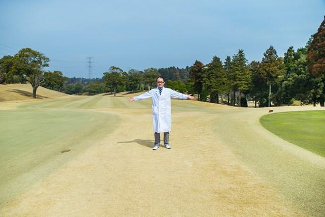 左が高麗で右がベント。ゴルフ倶楽部成田ハイツリーでは、プレイヤーに両方の良さを味わってもらいたいと2グリーンにしてあるそうだ。