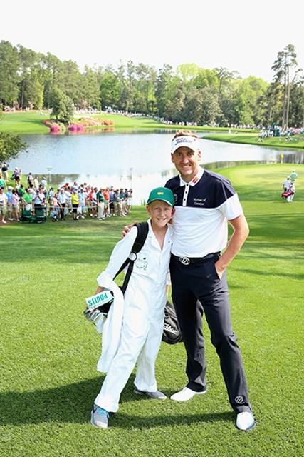 ゴルフ界一ともいわれる伊達男が息子と2ショット。足の開き方を参考に!(Andrew Redington/Getty Images)