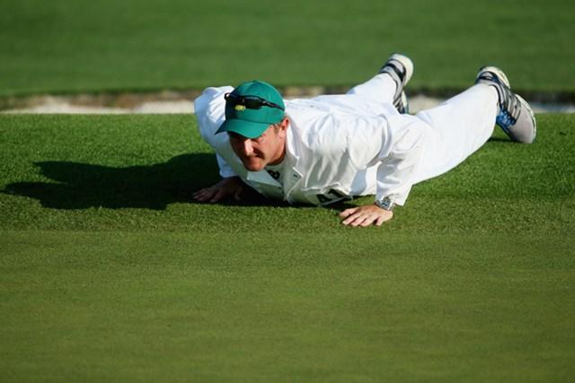 転んだわけではありません。ラインを読んでいます。キャディさんも必死なんです(James Lane/Getty Images)