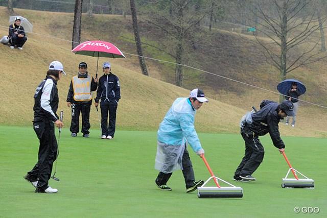 終日の雨でグリーンに水が浮いたりして「1ラウンド6時間かかった…」と某キャディ。みんな疲労困憊でした。オツ。