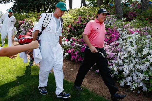 着慣れないピンクのウエアが奏功? ムービングデーに3位浮上を果たしたP.ミケルソン(Ezra Shaw/Getty Images)
