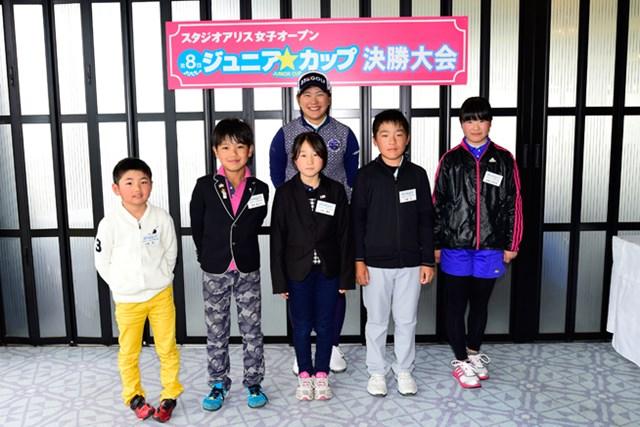 2日目終了後、大会主催のジュニアイベント優勝者との交流会に参加した成田美寿々。子供たちのアンケートにより選ばれた成田が、期待に応えて優勝を飾った(写真:大会提供)