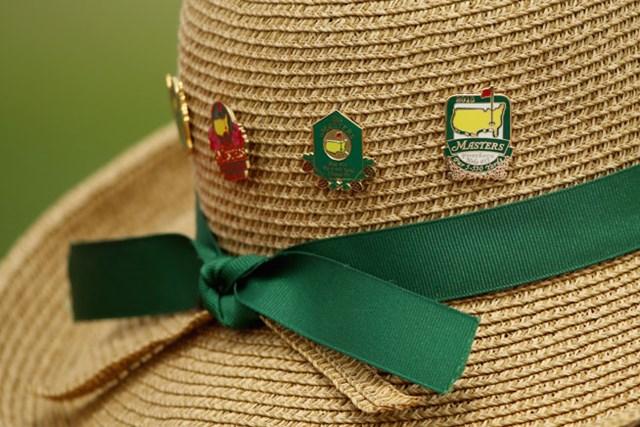 大会のピンバッチが並んだ麦わら帽子、リボンもマスターズカラーを意識!?(Andrew Redington/Getty Images)
