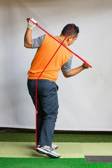 シャフトを両肩に当てて理想の動きをマスターする