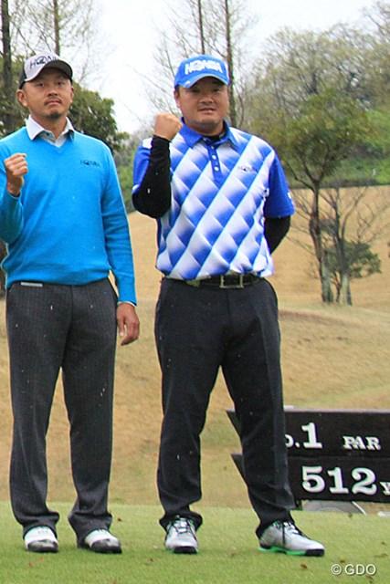 2015年 東建ホームメイトカップ 事前 小田孔明 契約する本間ゴルフの撮影会でガッツポーズを決める小田孔明。開幕奪取なるか?