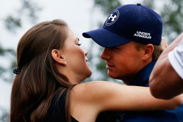 優勝を決めた直後、スピースは彼女のアニー・ベレットさんとハグ(Ezra Shaw/Getty Images)