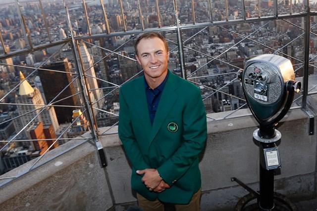 マスターズで優勝を飾ったスピースは恒例のメディアツアーでグリーンジャケットを着てニューヨークを訪問した(Jeff Zelevansky/Getty Images)