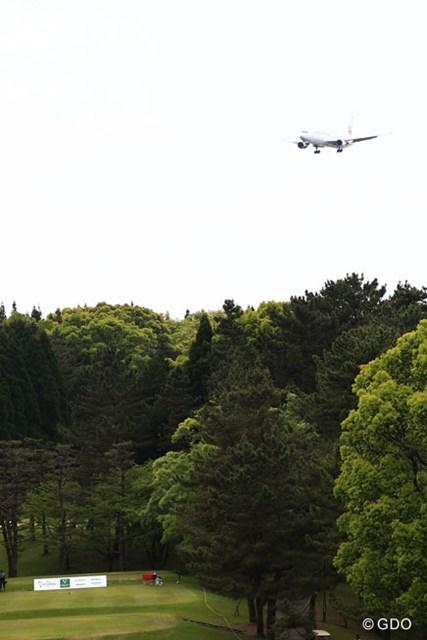 空港も近いのでコースの上を飛行機が・・・