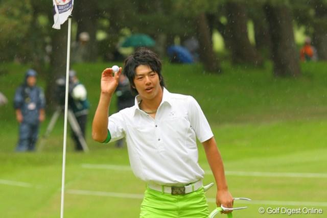 2009三菱ダイヤモンドカップゴルフ 初日 石川遼 3番パー4で2打目を直接入れてイーグル! グリーン上で歓声に応える
