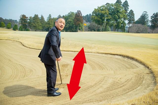 砂はピンを向いて前後方向にならす。後から来るゴルファーへの配慮だ。
