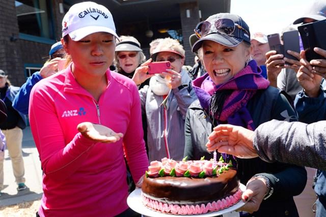 開催週の4月24日に18歳の誕生日を迎えたコー。コースよりケーキが贈呈された (Robert Laberge/Getty Images)