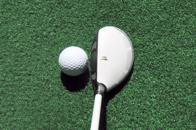 ヘッド形状はウッド型だが、小ぶりなので操作しやすい。アイアンのように打ち込めば、ターゲットに対して高弾道で狙える