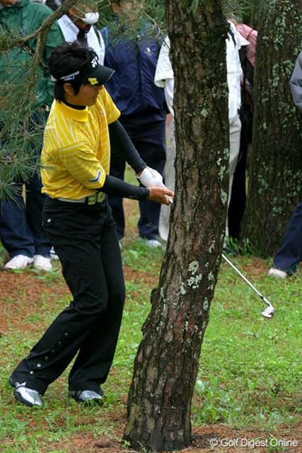 三菱ダイヤモンドカップゴルフ 2日目 石川遼 2番パー5でティショットを左の林へ。この2打目が目前の木に当たり、ボールはさらに左へ転がってしまった