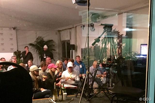 ラスベガスに行く計画はかなわず、ロリー・マキロイは試合会場でピザを食べながらボクシングをテレビ観戦した