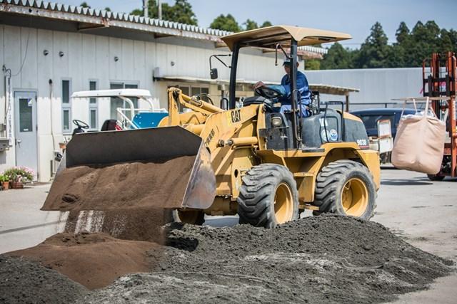 S吉クン11_1章 ゴルフ場では様々な種類の砂を大量に使用する。写真は目土用の砂にピートモスを混ぜているところ