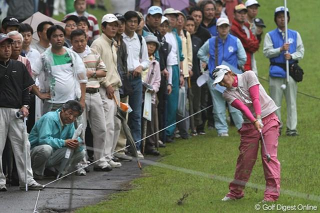 廣済堂レディスゴルフカップ2日目 飯島茜 ギャラリーが見守る中ショットする茜ちゃん
