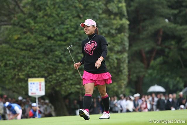 廣済堂レディスゴルフカップ2日目 有村智恵 18番でバーディを決め明日逆転優勝をねらう智恵ちゃん