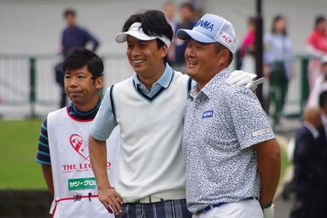 2ショット記念撮影におさまる小田孔明プロと椎名桔平さん。いい笑顔。
