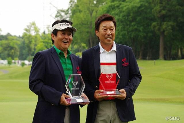 熱戦を制し、大会初勝利を収めた奥田靖己プロと前田亘輝さん