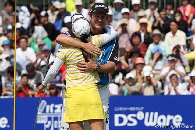 優勝が決まりキャディーのジョンと抱き合うさくら