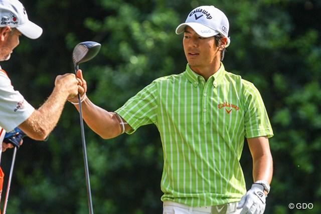 石川遼は14番で1オンに成功すると、キャディとグータッチを交わした