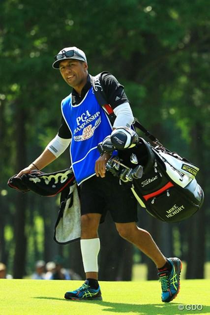 ゴルフのキャディというよりは、3割30本30盗塁、マルチなメジャーリーガーって感じの風貌です。