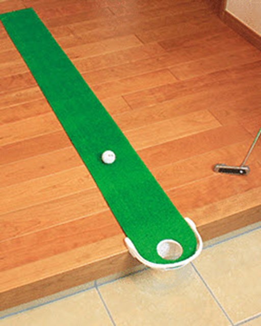 玄関などの段差を利用すれば、フルフラット仕様でのパター練習が可能に
