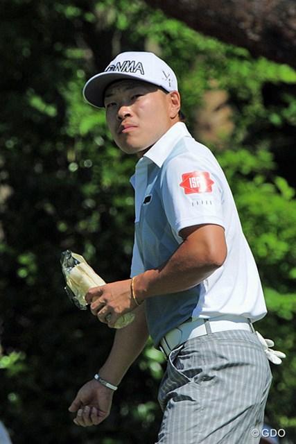 2015年 関西オープンゴルフ選手権競技 初日 藤本佳則 ボールの打ち出し方向を確認するフジモン。しかしその手にはクラブではなく菓子パンが…。5位タイ